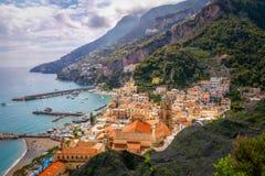 Stadtbildansicht von Amalfi mit bunten Häusern und Ozeanküstenlinie lizenzfreie stockbilder