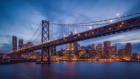 Stadtbildansicht von San Francisco und die Bucht-Brücke nachts stockbild