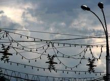 Stadtbildbeleuchtung verdrahtet Schattenbilder auf stürmischem Wolken backgrnd Stockfotos
