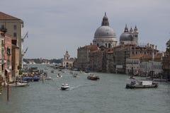 Stadtbildbild von Grand Canal und von Basilika Santa Maria della Salute Venedig Stockbilder