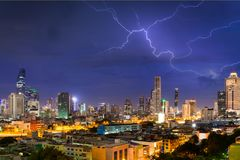 Stadtbilder Bangkok mit Donnerblitz Nachtim stürmischen Himmelba Lizenzfreie Stockfotos