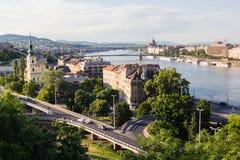 Stadtbildlandschaft von Brücken über Donau-Fluss in Budapest lizenzfreie stockfotos