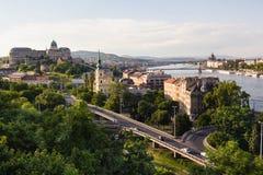 Stadtbildlandschaft von Brücken über Donau-Fluss in Budapest lizenzfreie stockbilder