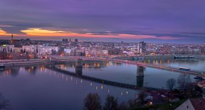 Stadtbildpanorama mit Brücke lizenzfreie stockbilder