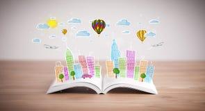 Stadtbildzeichnung auf offenem Buch Lizenzfreies Stockfoto