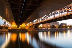 Stadtbrücke über dem Fluss nachts stockfotos