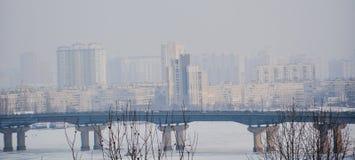 Stadtbrücke im Nebelfluß vor Stadt stockfotos