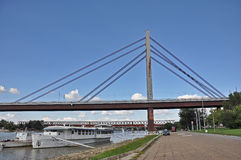 Stadtbrücke mit einer Promenade lizenzfreie stockfotografie