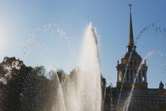 Stadtbrunnen an einem hellen sonnigen Tag auf dem Hintergrund des Adm Stockbild