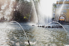 Stadtbrunnen an einem hellen sonnigen Tag auf dem Hintergrund des Adm Stockbilder