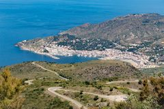 Stadtbucht El Port de la Selva von der Spitze von Serra de Rodes-Hügel Stockfotos