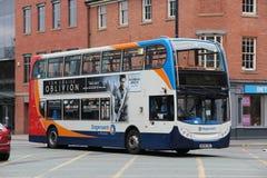 Stadtbus in England Lizenzfreies Stockbild