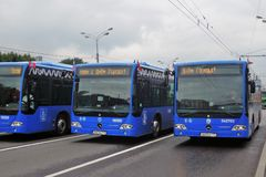 Stadtbusse an erster Moskau-Parade des Stadt-Transportes Lizenzfreie Stockfotos
