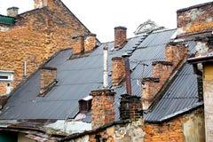 Stadtdach mit dem Ziegelsteinkamin stockbild