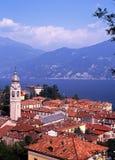 Stadtdachspitzen und See Como, Menaggio, Italien. stockbilder