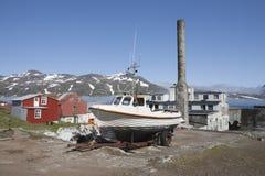 StadtDjúpivogur Häuser und Boot. Stockfotos