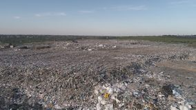 Stadtdump, Vogelperspektive auf Müllgrube mit Stapelabfall und fliegende Möven, die auf Lebensmittelabfälle einziehen stock video footage