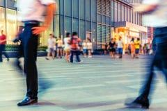 Stadteinkaufsstraße und -touristen lizenzfreie stockfotos