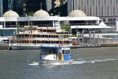 Stadtfährensegeln über Brisbane-Fluss in Brisbane Queensland Australien stockfotografie