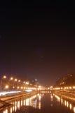 Stadtfluß bis zum Nacht Stockbild