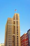 Stadtgebäude mit der US-Flagge Stockfoto