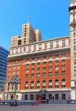 Stadtgebäude mit der US-Flagge und Le Meridien Hotel Lizenzfreie Stockfotos