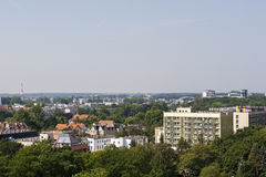 Stadtgebäude unter Grünstreifen in Kolobrzeg Stockfoto