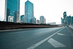 Stadtgebäudestraßenbild und Straßendecke Stockbilder