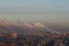 Stadtgebiet mit schwerem Rauche stockfoto