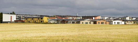 Stadtgebiet nahe bei dem Feld im Herbst Lizenzfreie Stockfotografie