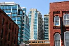 Stadtgebäude neu und alt Stockbild