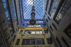 Stadtgeometrie, eine Ansicht vom Innere zum Himmel vom Yard Vier schließend Wände eines Backsteinhauses, Quadrat des Himmels Mode Lizenzfreie Stockfotografie
