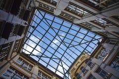 Stadtgeometrie, eine Ansicht vom Innere zum Himmel vom Yard Vier schließend Wände eines Backsteinhauses, Quadrat des Himmels Mode Stockbilder
