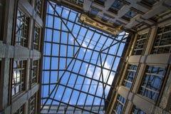 Stadtgeometrie, eine Ansicht vom Innere zum Himmel vom Yard Vier schließend Wände eines Backsteinhauses, Quadrat des Himmels Mode Stockbild