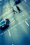 Stadtgeschäftsleute, die eine Straße kreuzen Stockbilder
