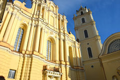 StadtGlockenturm und Kirche stockbilder
