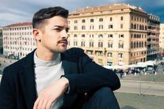 Stadtgutaussehender mann, arbeiten modernes Haar um stockbilder