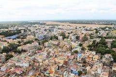 Stadthäuser und trockener cauvery Fluss Stockfotografie