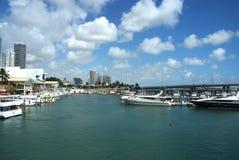 Stadthafenufergegend mit Booten auf blauem Wasser in USA Stockbilder