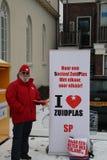Stadtkommunalwahlen die Niederlande 2018: Mitglied der sozialistischen Partei ist ginvig Flieger im Schnee in Zevenhuizen Lizenzfreies Stockfoto