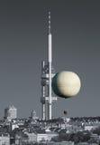 Stadtkontrollturm und Heißluftballon lizenzfreie stockfotografie