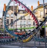 Stadtkunst, die Stühle, die eine Achterbahn darstellen, reiten Stockfotos