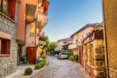 Stadtlandschaft - alte Straßen und Häuser in Balkan-Art Stockbilder