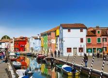 Stadtlandschaft auf der Insel von Burano mit bunten Gebäuden und Touristen auf den Straßen, Venedig Stockbilder