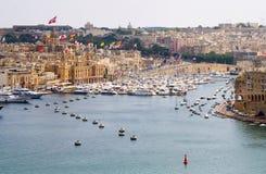 Stadtlandschaft auf der Küste in Malta stockfotografie
