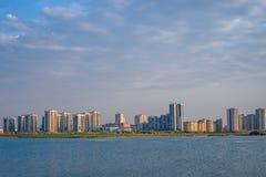 Stadtlandschaft auf Flussbank Stockbilder
