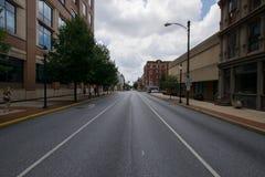 Stadtlandschaft, die hinunter eine Straße in York, Pennsylvania schaut lizenzfreie stockbilder