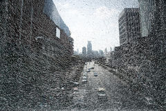 Stadtlandschaft durch zerbrochenes Glas Stockbild
