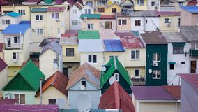 Stadtlandschaft, Häuser mit roten Dächern Sochi, Russland Stockfotos