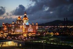 Stadtlandschaft mit Ansichten von dem von Scheinwerfern beleuchtet mit farbigem Lichthotelhelden stockbilder